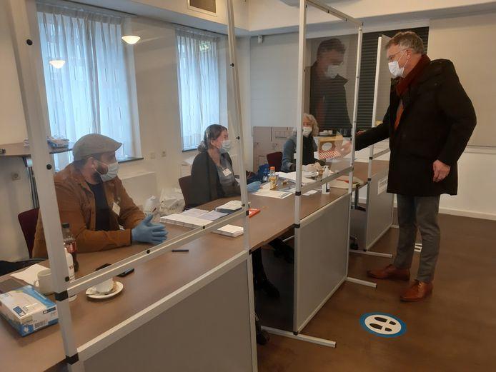Burgemeester Hans Janssen van Oisterwijk trakteert vandaag de mensen die het stembureau in het oude raadhuis bemensen.