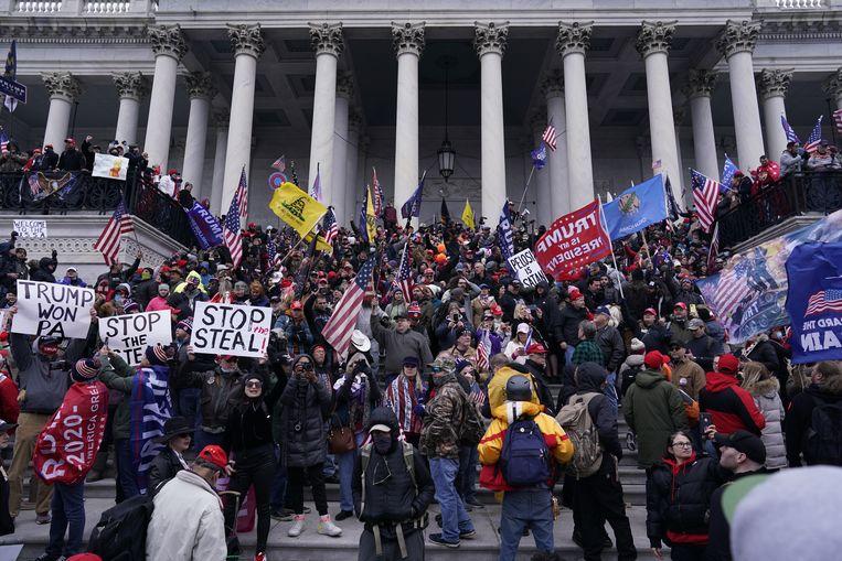 Trumpaanhangers verzamelen zich bij het Capitool.  Beeld Getty Images