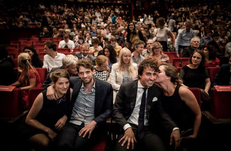 Jesse Klaver wordt gekust door zijn vrouw Jolein bij de vertoning van 'Jesse' in Carré in Amsterdam. Beeld Freek van den Bergh / de Volkskrant
