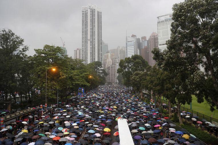 Meer dan een miljoen mensen daagden zondag op in een nieuw massaprotest. De Hongkongse overheid had toelating verleend voor een demonstratie in Victoria Park, maar niet voor een mars in het centrum.