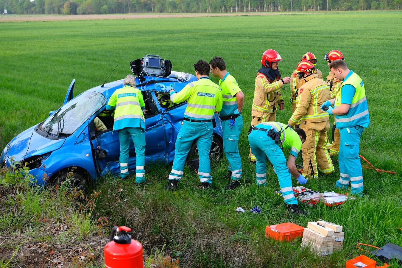 Automobilist bekneld bij eenzijdig ongeluk in Budel.