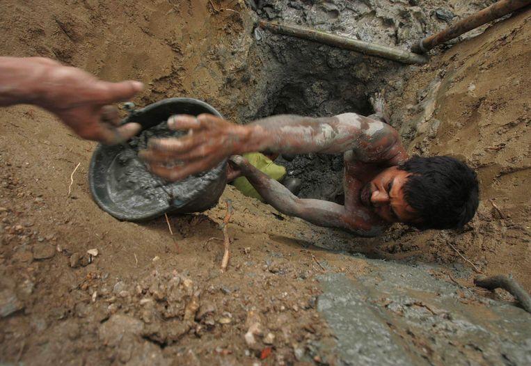 Dorpelingen in een goudmijn in Sulawesi (archiefbeeld). Beeld REUTERS