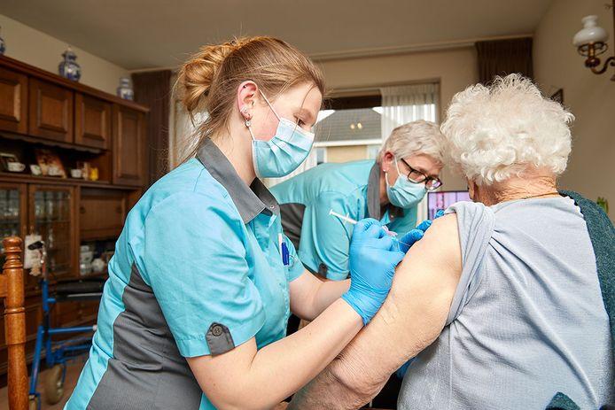 Sinds verpleeghuisbewoners zijn gevaccineerd is het aantal besmettingen sterk afgenomen.