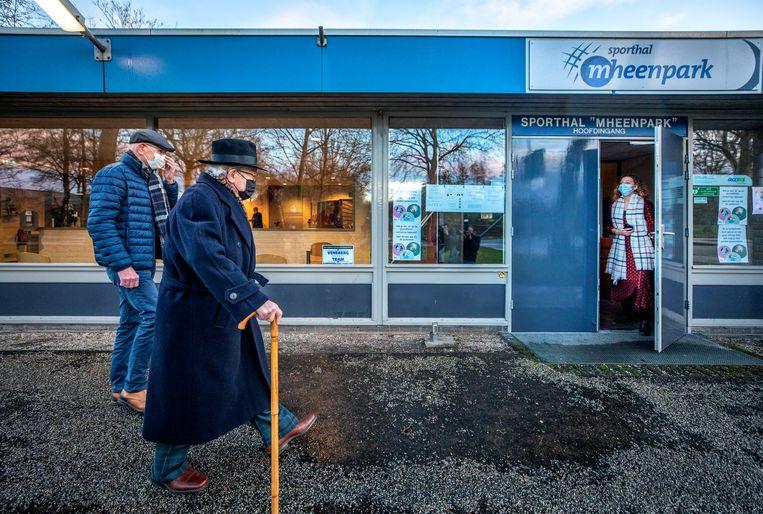 Okko Molenkamp arriveert met zijn zoon bij de sporthal waar hij als eerste thuiswonende 90-plusser gevaccineerd gaat worden.  Beeld Raymond Rutting / de Volkskrant
