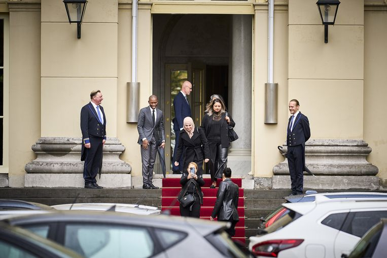 Gedupeerde ouders van de kinderopvangtoeslagaffaire verlaten Paleis Noordeinde na een gesprek met Koning Willem-Alexander. Beeld ANP