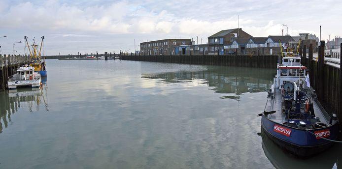 De zo goed als lege vissershaven van Breskens, met rechts de vismijn en daarachter het Visserijmuseum.