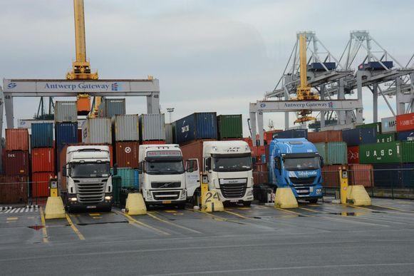 gisteren werden twee uur lang de poorten DP World gesloten omdat er geen vrachtwagens geladen of gelost konden worden door computerproblemen.