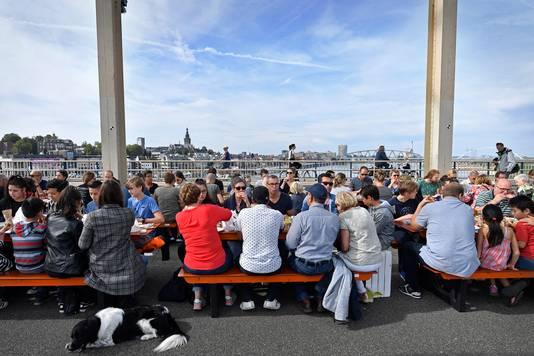 De picknick op de Waalbrug.