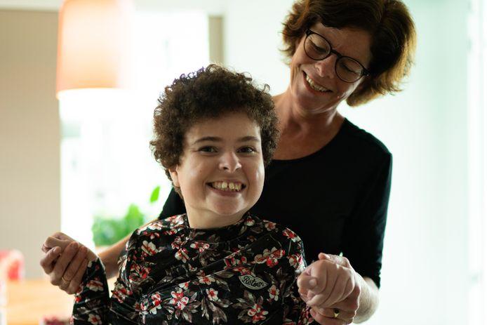 Yolanda van Boven uit Veenendaal met haar 20-jarige dochter Floor. Floor heeft een meervoudige beperking en heeft daardoor intensieve zorg nodig.
