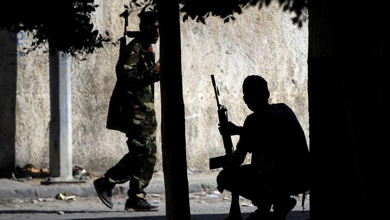 Libische rebellen in de straten van Tripoli. Beeld afp