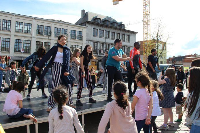 Dansjes aanleren op het podium.