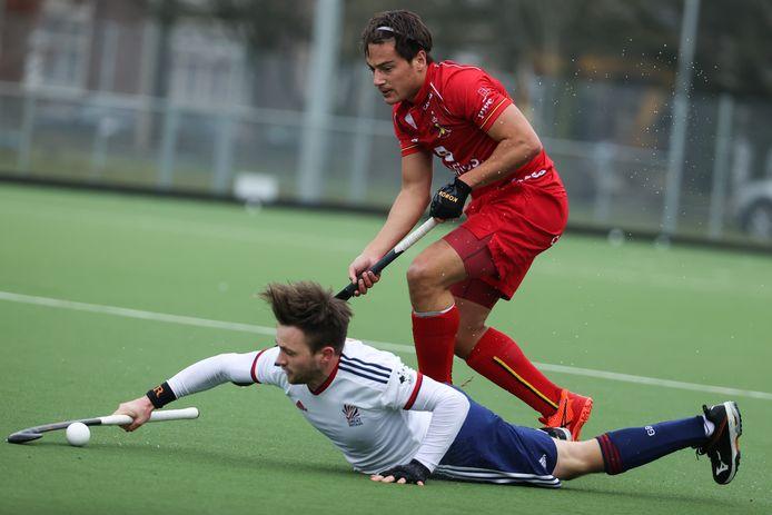 Thomas Briels (boven), hier in duel met de Brit Zachary Wallace, heeft met zijn Nederlandse club Oranje-Rood en met de Red Lions een drukke periode achter de rug.