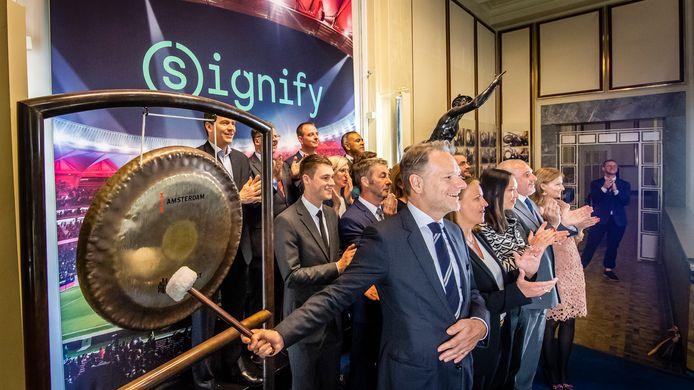 Voormalig financieel topman bij Signify Stephane Rougeot slaat op de beursgong op 16 mei 2018. Vanaf dat moment is het voormalige Philips Lighting als Signify op de beurs genoteerd.
