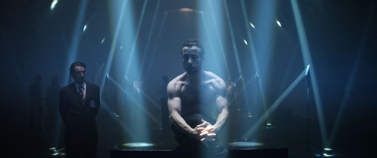 Sam Ali (Yahya Mahayni) exposeert zijn rug in The Man Who Sold His Skin.  Beeld