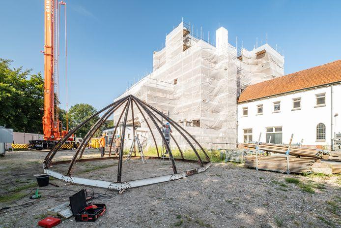 Het ijzerwerk is van de toren van Jachtslot De Mookerheide afgetakeld. Het gebouw zelf is helemaal ingepakt met steigers en afdekmateriaal.