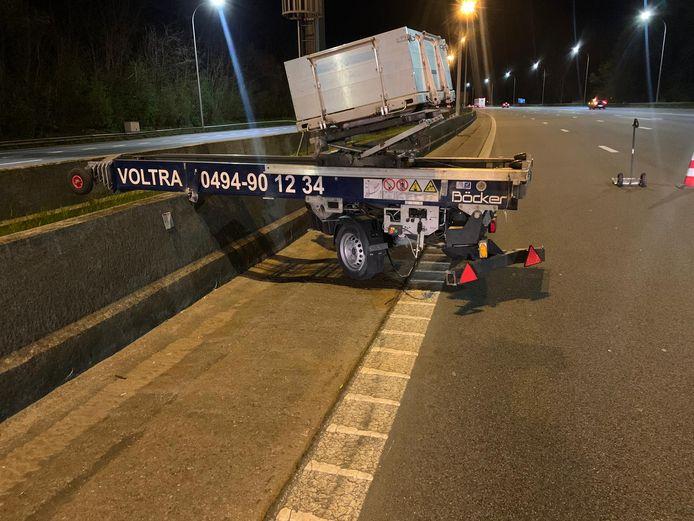 De ladderlift kwam los van de bestelwagen van de dieven en crashte tegen de middenberm van de E19, vlak na de Craeybeckxtunnel richting Mechelen.