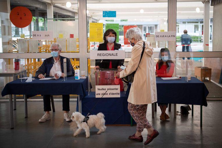 Een stembureau in Angers, in het departement Maine-et-Loire. Beeld AFP