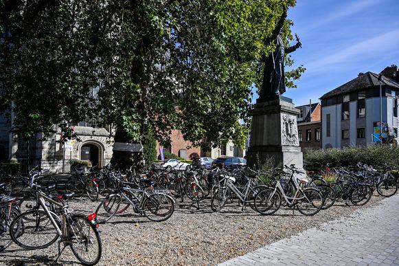 Veel voorbijgangers ergeren zich aan de chaos van fietsen op het kerkplein.