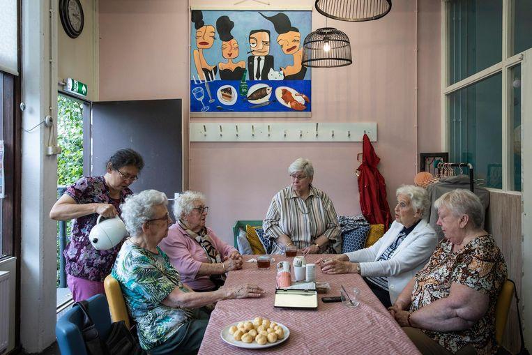 Buurtbewoners in de Molenwijkkamer, het ontmoetings- en activiteitenzaaltje onder parkeergarage Paltrok Beeld Dingena Mol