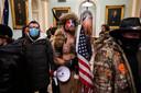 Trump-aanhangers lopen door de gangen van het Capitool.