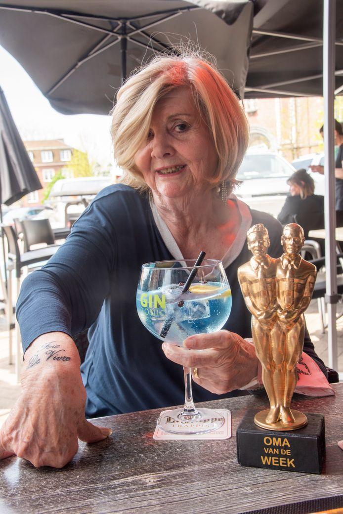 Georgette kreeg een trofee als oma van de week bij Cook en Verhulst.