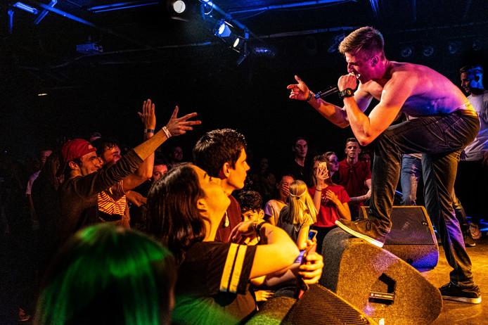 Pieter Lammens, alias Young Teach, overtuigt de jury van de hiphopwedstrijd in het Deventer Burgerweeshuis. ,,Zijn show klopte van A tot Z.''