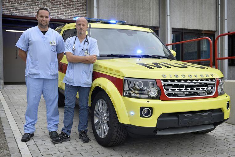 Urgentieverpleegkundige Wim Smekens (links) en dokter Kris Permentier, medisch diensthoofd spoedgevallen, bij de nieuwe MUG-wagen.
