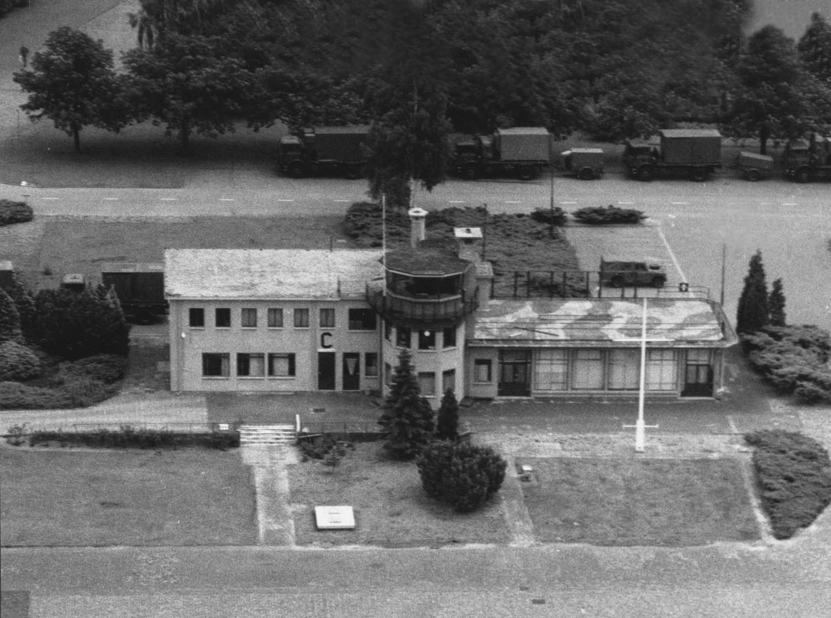 In de jaren 1960 - 1970 was het huidige Eindhoven Airport nog het militaire vliegveld Welschap. Jongens zoals ik met onstuitbare belangstelling voor straaljagers werden tegengehouden door hoge hekken en borden met vervaarlijk uitziende honden. Maar gelukkig was er af en toe een open dag. Dan mochten we op het terras van het Luchthavengebouw komen kijken. Rob.  De foto is gemaakt vanuit een F16 van de luchtmacht.