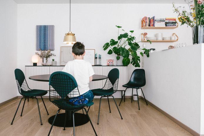 Een ronde tafel is een veelgebruikt trucje om de rechtlijnigheid van een ruimte te doorbreken.