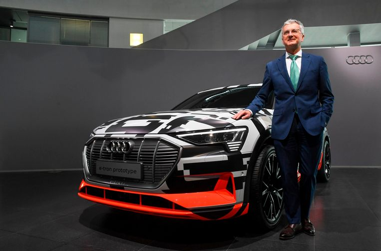 CEO Rupert Stadler naast de nieuwe Audi e-tron.