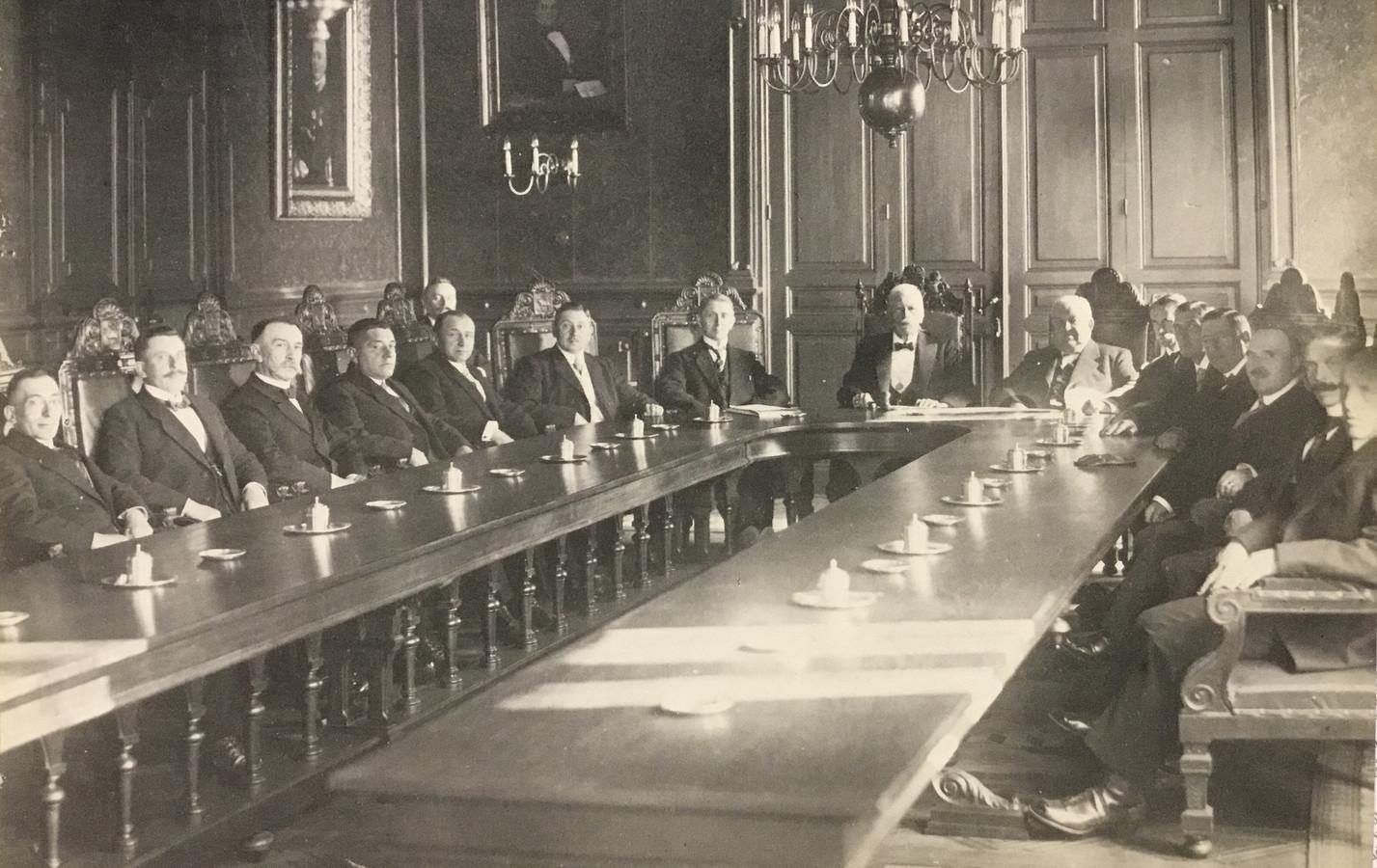 De Osse gemeenteraad in 1930 met J.H. van Londen als eenzame socialist.