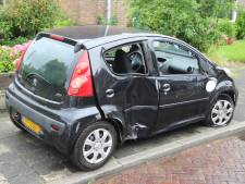 Auto belandt op zijkant na ongeluk op Ruys de Beerenbrouckstraat