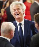 PVV-leider Geert Wilders schiet vlak voor de troonrede in de lach.