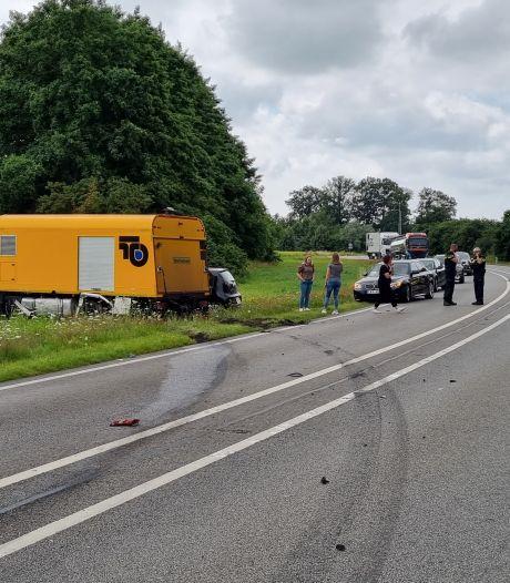 Auto rijdt over verkeerde weghelft op de N315 en veroorzaakt ongeluk met vrachtwagen