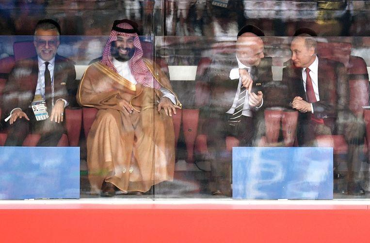 Kroonprins Mohammed bin Salman in Moskou tijdens de wedstrijd Rusland-Saudi-Arabië op het WK 2018. Via het voetbal probeert hij het imago van Saudi-Arabië op te vijzelen.  Beeld EPA