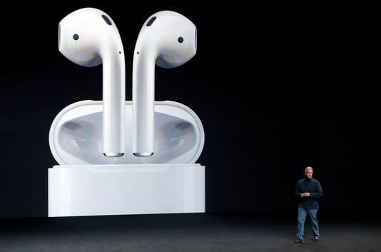 Het ontbreken van de koptelefoon-ingang biedt gelegenheid om vol in te zetten op draadloze headphones. Zoals deze fraaie, maar met 179 euro peperdure, blue tooth earpods. Het opberghoesje is tevens oplader.