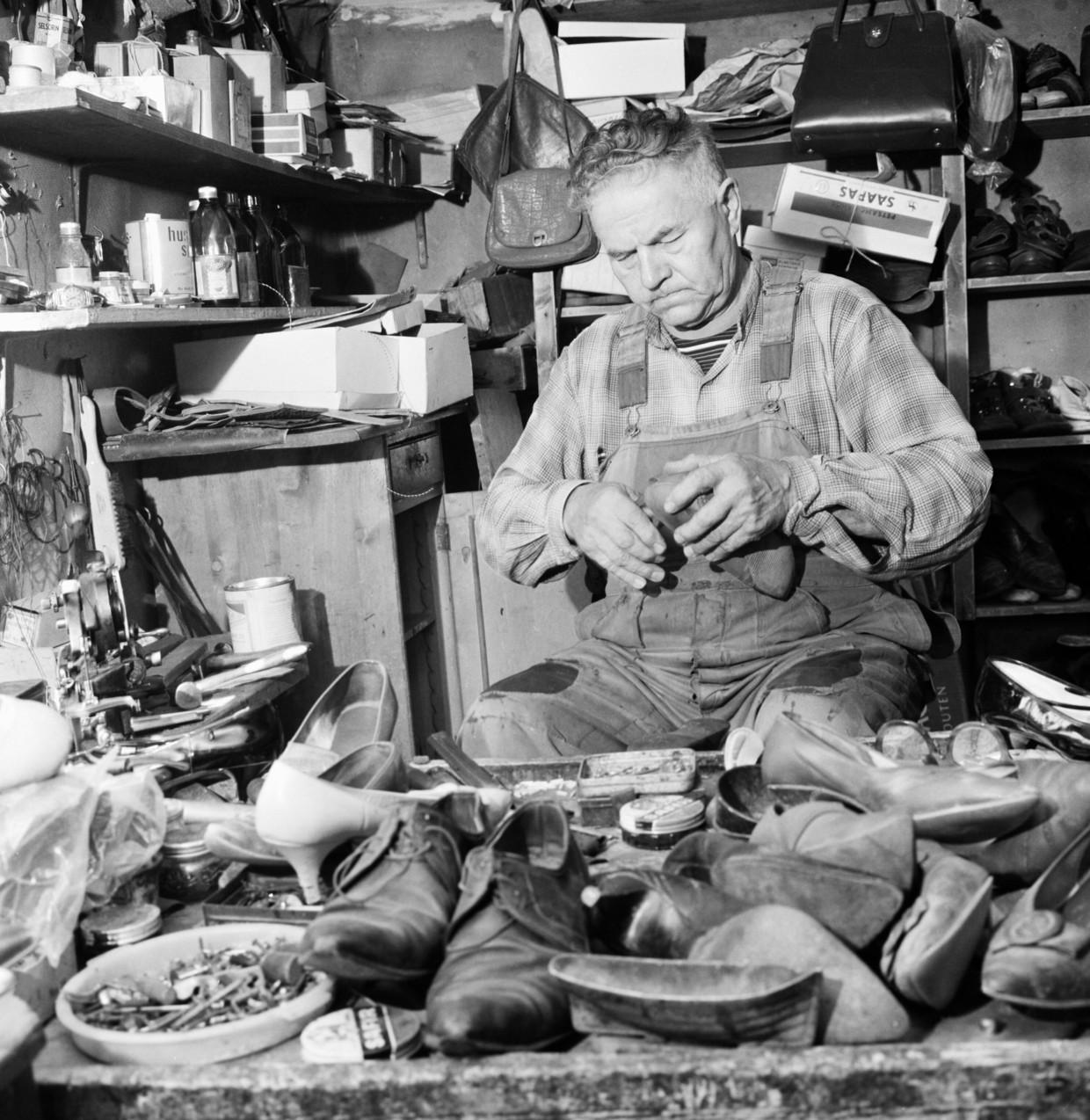 Een schoenmaker aan het werk in zij huisatelier.'Vóór de industriële revolutie liepen werk en privé bij veel gezinnen al compleet in elkaar over.'  Beeld © www.geographyphotos.com/Public
