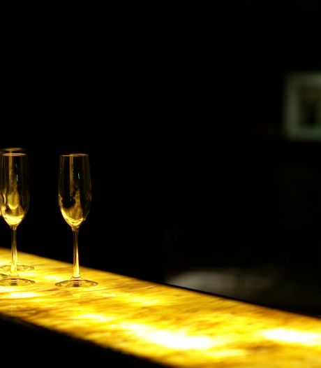 Doorfeesten in coronatijd: café heeft ramen afgedekt en is bijna klokjerond open, bier 1,50 en blowen mag