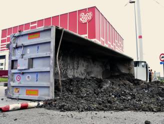 Vrachtwagen met mest kantelt aan rotonde Poco Loco: chauffeur lichtgewond
