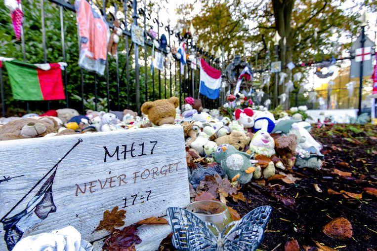 Honderden knuffels liggen bij de ingang van de Korporaal van Oudheusdenkazerne. Beeld anp