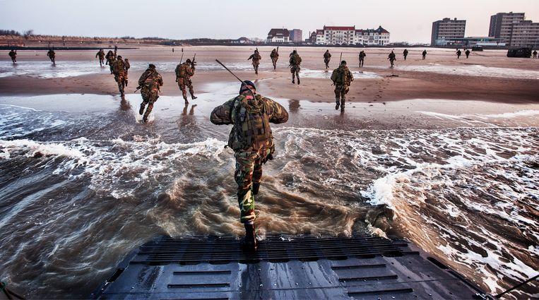 Mariniers oefenen op het strand van Vlissingen, 2013. Beeld Raymond Rutting / de Volkskrant