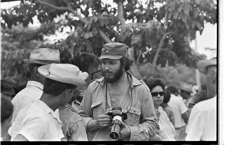 De Italiaanse fotograaf Gian Butturini (1935 - 2006) aan het werk op Cuba, 1970. Beeld Gian Butturini
