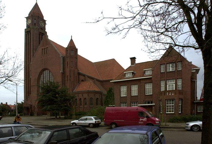De St.-Josephkerk in Roosendaal met daarnaast het parochiecentrum.