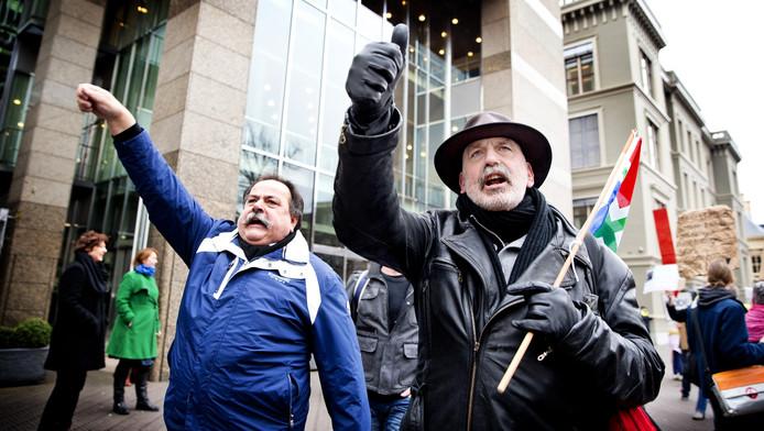 Demonstranten trekken met een Groningse vlag door Den Haag
