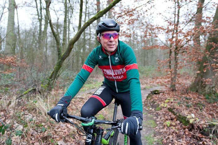 Fiets- en natuurliefhebber Jan Brouwer uit Diepenveen stelt dat het sluiten van de mountainbikepaden op de Holterberg slechts een kortetermijnoplossing is voor de zandhagedis. De stikstofuitstoot is uiteindelijk het probleem waar de provincie wat aan moet doen.