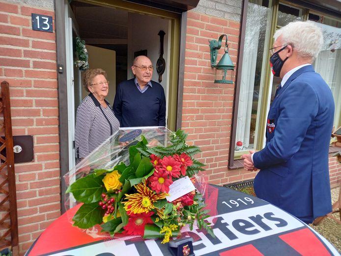 De voorzitter van de Groesbeekse voetbalvereniging Theo Jochoms heeft zaterdag de 89-jarige Geer Janssen bezocht in verband met zijn 80-jarig lidmaatschap van De Treffers.