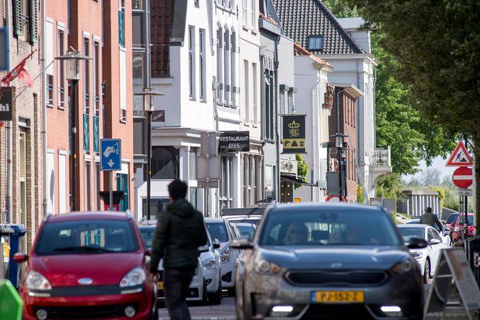 Veel autoverkeer - ook vandaag - via de Westluidensestraat naar het centrum van Tiel.