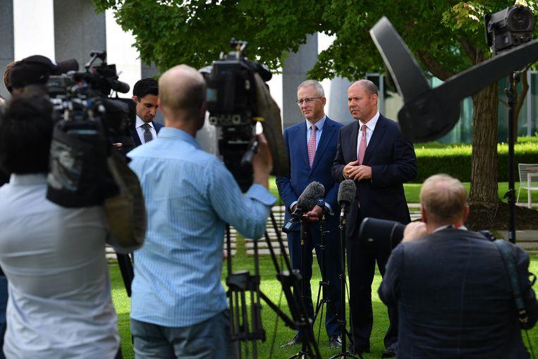 De Australische minister van Communicatie Paul Fletcher (links) tijdens een persconferentie.  Beeld Getty Images