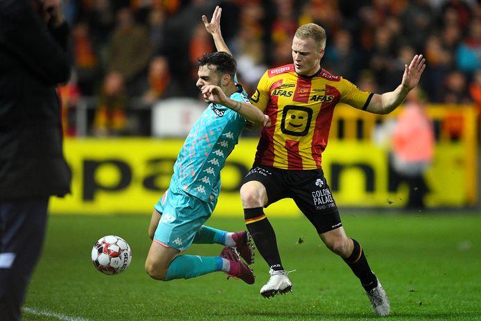 Jules Van Cleemput in duel met Charleroi-speler Massimo Bruno