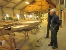 Molenmaker werkt in Bergharen aan het opknappen van de molen in Vorstenbosch